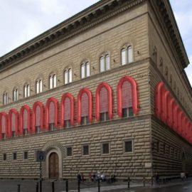 I gommoni sulla facciata di Palazzo Strozzi a Firenze sono una cagata pazzesca