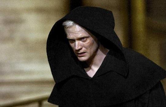 L'abito non fa il monaco.