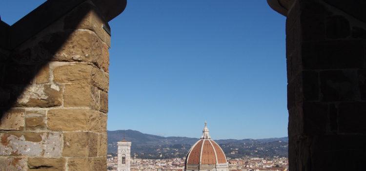 Veduta fiorentina tra i merli ghibellini della Torre d'Arnolfo.