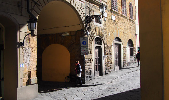 Firenze, un taglio di luce sul Lungarno Anna Maria Luisa de' Medici.