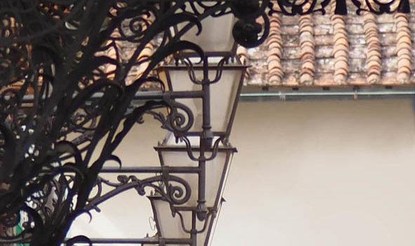 Firenze: i lampioni del Teatro la Pergola.