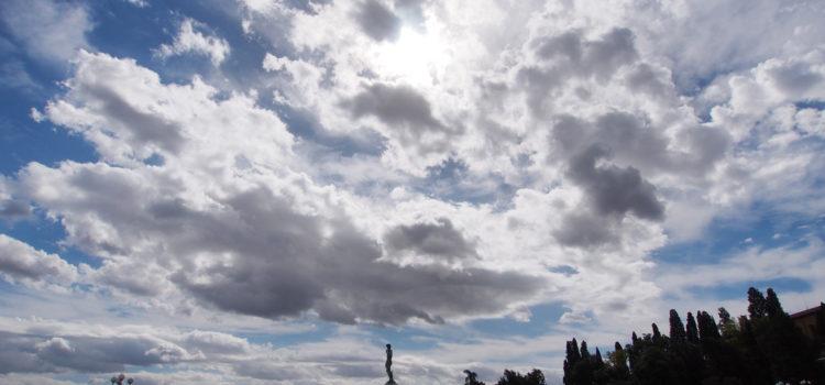 Un tappeto di nuvole sorvola il David al Piazzale Michelangelo.