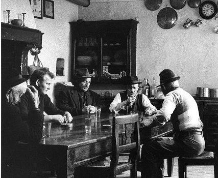 Chi non beve in compagnia o è un ladro o una spia.