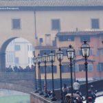 Un'insolita veduta tra i lampioni del lungarno e il Ponte Vecchio.