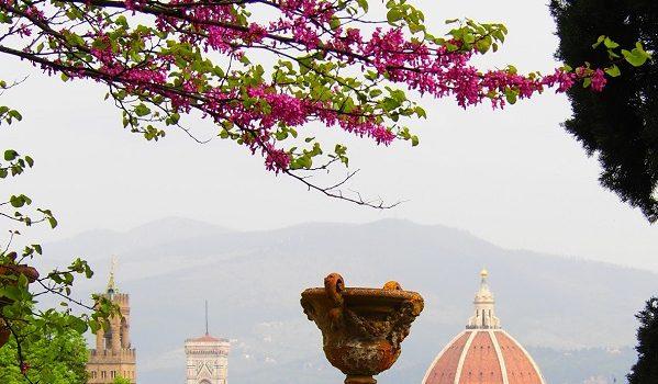Firenze si affaccia con la primavera dal Giardino di Villa Bardini.