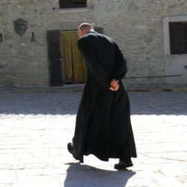 Un prete spione e sfortunato.